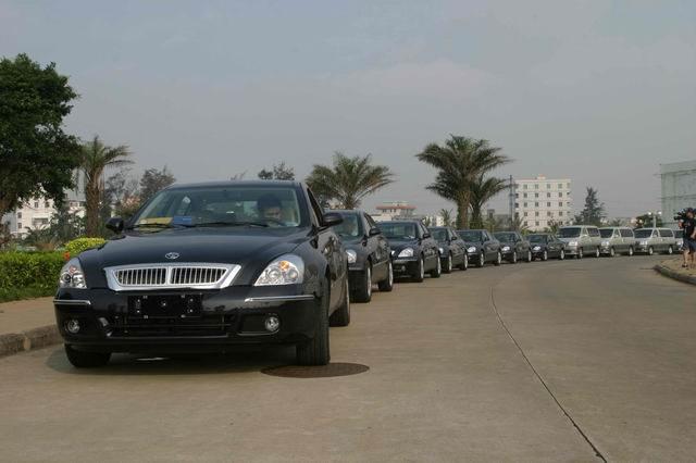 海南街头浩荡的新中华车队,往往会引得路人驻足观看。