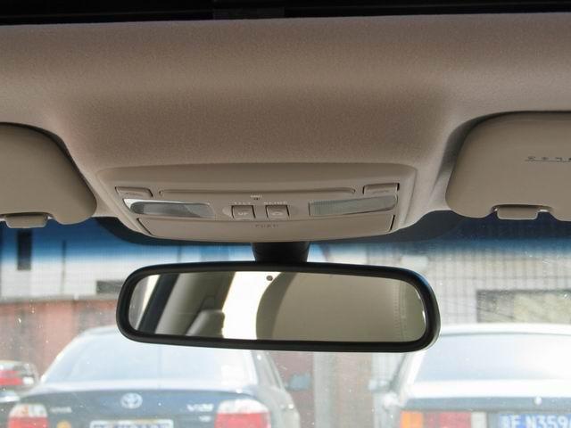 图为北京现代伊兰特1.6自动挡车内后视镜图片。