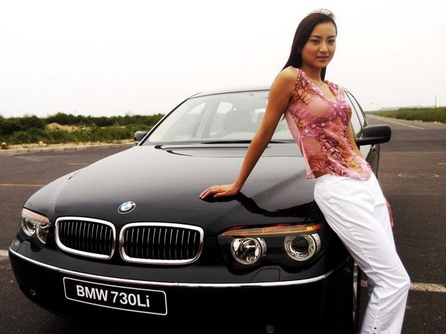 模特与宝马730Li