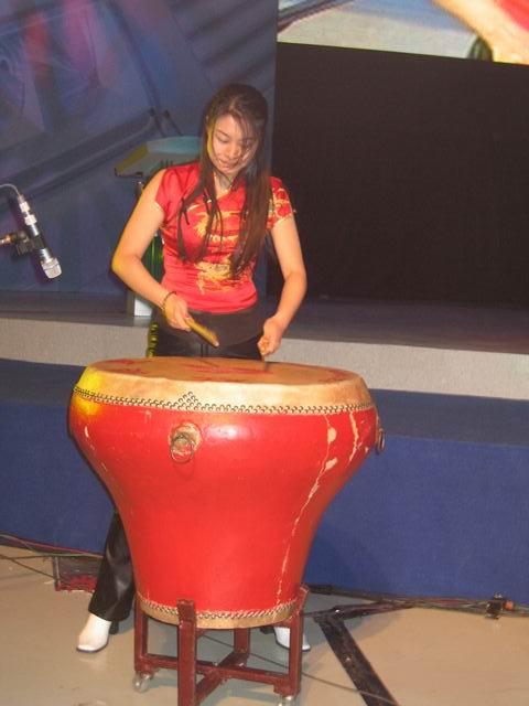 美女表演大鼓 图片