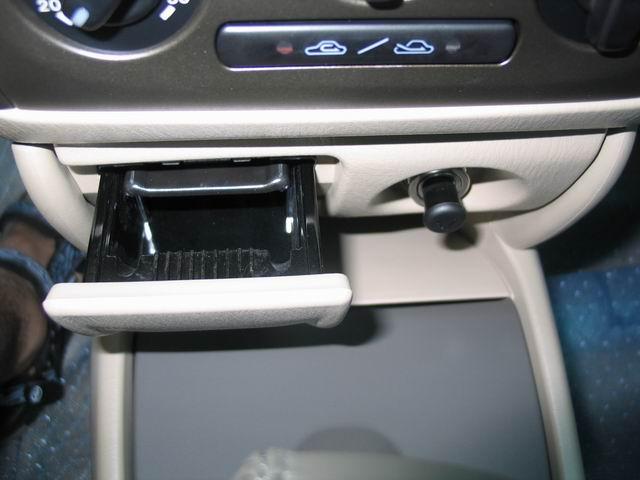 海南马自达近日推出福美来1.6新动力系列,包括1.6MT舒适型和豪华型、1.6AT舒适型和豪华型4款新车,售价11.36万-13.86万。采用马自达原装ZM1.6改进型发动机,并加装可变惯性进气系统(VICS),采用先进的发动机防盗锁止系统(Immobilizer)。外观方面,配备了新款镭射时尚尾灯组、带转向灯的外后视镜,温馨米色风格内饰与真皮座椅前排双色设计的配搭,同时改进型门饰板四门内板加装大面积隔音垫棉,隔音降噪效果显著提高,而后排中间座椅装配伸缩式头枕。以下是福美来1.