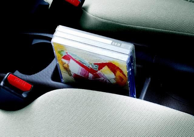为广州本田两厢飞度前排座椅间CD架图片.-两厢飞度CD架高清图片