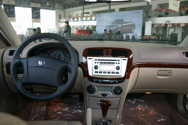 """2004年12月15日,华晨金杯汽车公司的""""尊驰""""系列轿车在北京,广州,杭州"""