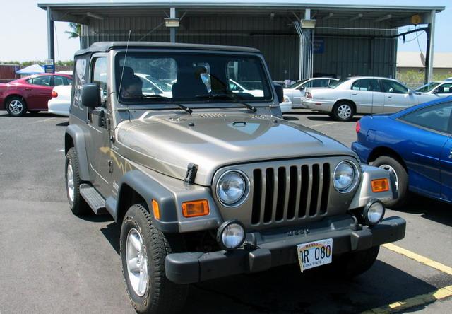 jeep吉普汽车-停车场里的吉普牧马人高清图片