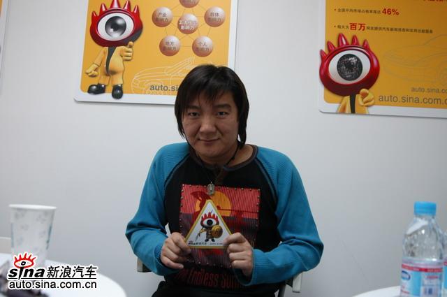 《老鼠爱大米》的杨臣刚到北京车展-新浪汽车展台做访谈