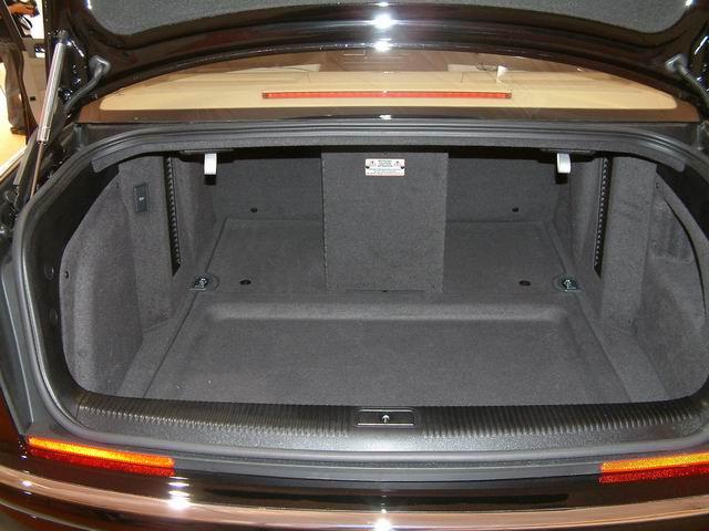 奥迪A8 L 6.0 quattro后备箱