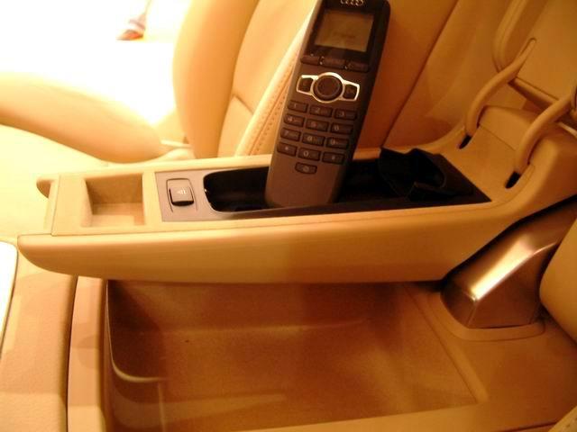 奥迪A8 L 6.0 quattro中央手靠和车载电话