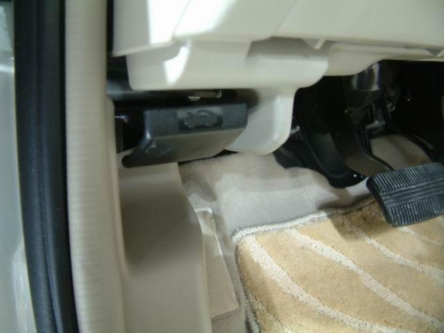 2004款阳光车内发动机盖开启按钮