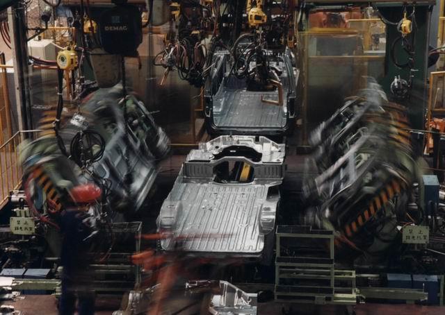 沈阳华晨金杯汽车有限公司成立于1991年7月,注册资本4.44亿美元,投资总额5.71亿美元。公司于2003年1月正式更名,是华晨中国汽车控股有限公司的核心生产企业。图为金杯海狮工厂车身车间图片。可生产海狮、阁瑞斯两个系列的白车身。海狮生产线从日本丰田公司引进,23台机器人从德国KUKA公司引进。双班生产能力8万辆。阁瑞斯作业面积6696平方米,生产线从日本丰田公司引进,13台机器人从日本川崎公司引进,双班生产能力4万辆。