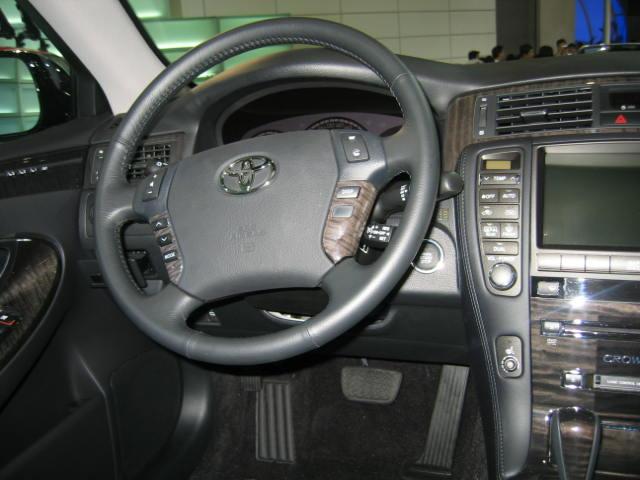 丰田皇冠方向盘和中控台高清图片