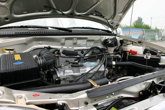 三厢夏利N3发动机高清图片