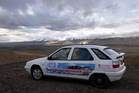 越野车.正常海拔和路况,排量4500毫升的越野车80升油可行高清图片