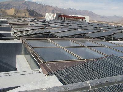 屋顶太阳能集热器照片图片