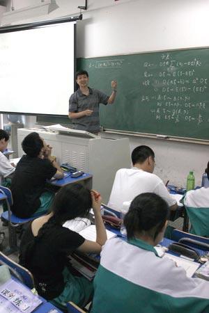 图文:数学课堂 老师和学生都很投入