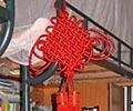 学生公寓里挂着红红的复旦结