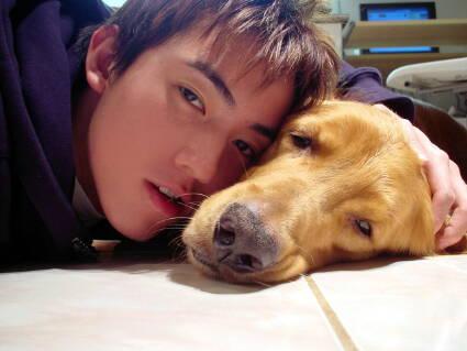 网络公认最搞笑的一位帅哥,这是他和他家的狗狗合拍的相片,让人忍俊不