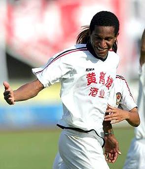 文森特梅开二度武汉主场2-1胜东城继续领衔榜首