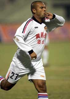 威尔访谈:愿意留武汉踢中超中国联赛有点暴力(图)