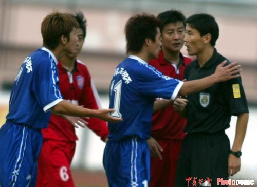 图文-青岛海利丰1-1平厦门蓝狮裁判遭队员质疑