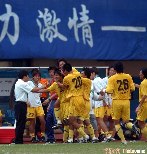 图文-浙江绿城客场2-1胜深圳科健队员们庆祝胜利