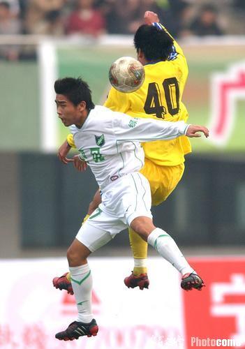 图文-宁波国力主场0-1负浙江绿城双方队员冲锋