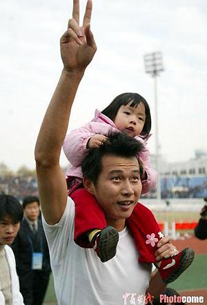图文-武汉夺2004中甲冠军李昊抱着女儿庆祝胜利
