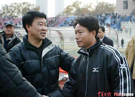 图文-武汉夺2004年中甲冠军裴恩才笑会周穗安