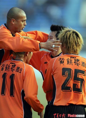 图文-武汉主场胜有有夺冠队员疯狂庆祝胜利