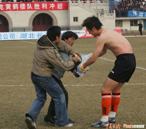 图文-武汉主场胜有有夺冠队员衣服被球迷扒光