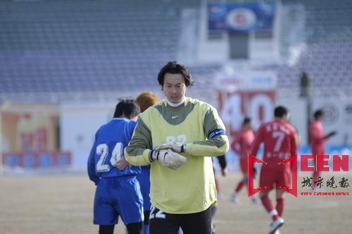图文-长春亚泰9-0胜大连长波安琦失手后表情痛苦