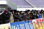 图文-长春亚泰9-0狂胜大连长波赛场边记者云集