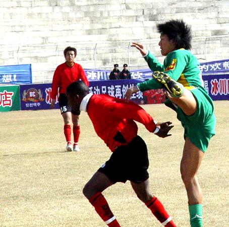 图文-日之泉客场2-0延边队广州后卫酷似体操队员