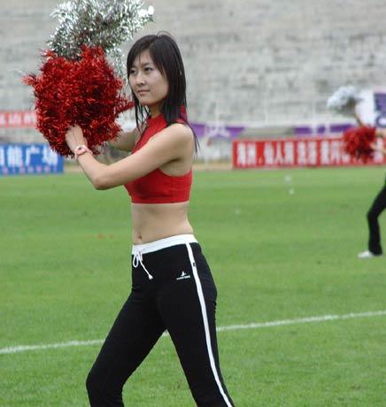 图文-延边队足球宝贝亮相红衣仙子翩然起舞