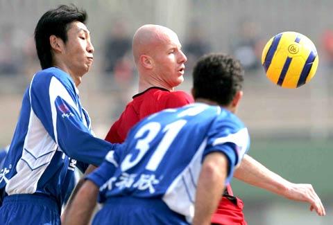 图文-广州广药客场3-0胜北京宏登维多维奇遭围堵