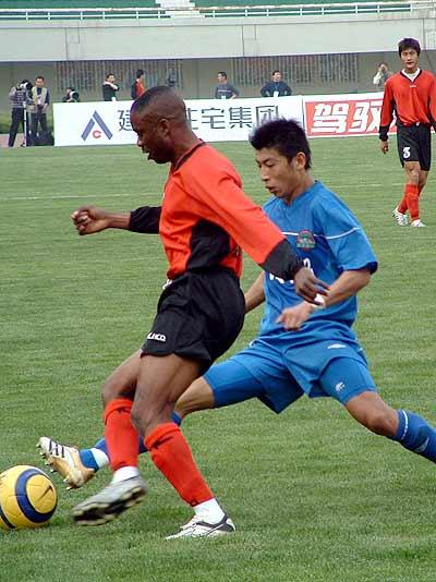 图文-建业最后时刻1-0胜延边横刀夺球外援傻眼