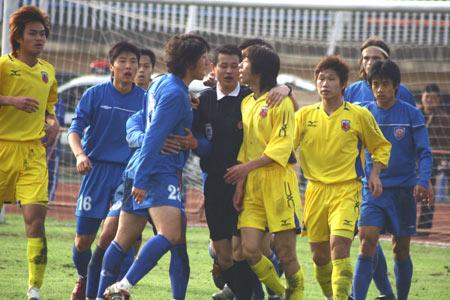 图文-南昌八一主场0-1青岛海信双方队员起冲突