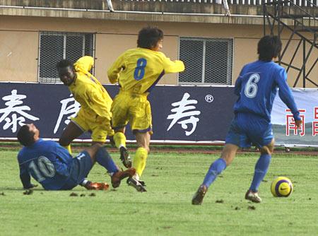 图文-南昌八一主场0-1青岛海信内外援拼杀激烈