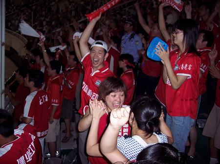 图文-河南建业球迷到场观战 祝福球队赢得比赛