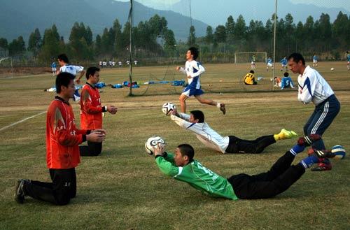 图文-广药球员备战YOYO练体能全队练习紧张有序