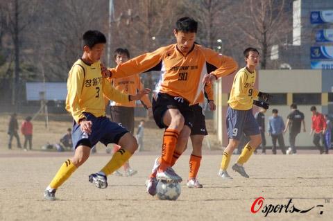 图文-北理工热身2-0韩某大学生队奋力摆脱对方防守