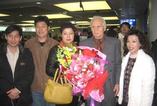 图文-拉德结束中国13年足球情朋友同事送鲜花合影