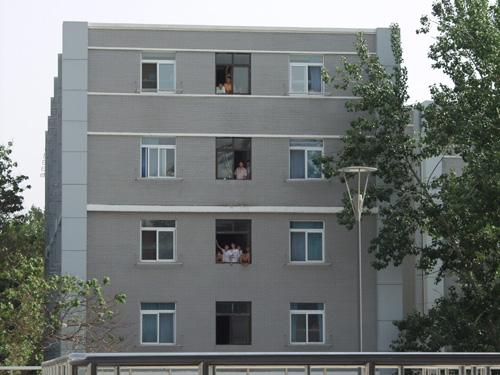图文-[中甲]爱国者主场1-4八一大学生趴窗台观战