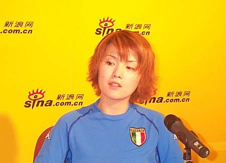 图文-《足球报》著名女记者贾岩峰作客新浪聊足球