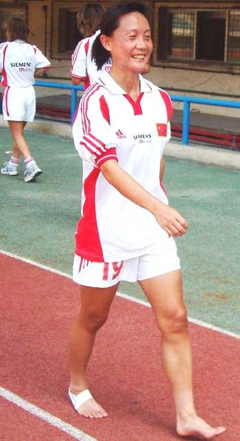 独家图片 女足体能训练再加量 王丽萍赤脚苦中寻乐