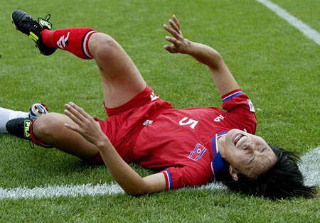 图文-女足世界杯美国3-0朝鲜 朝鲜辛金玉碰撞中