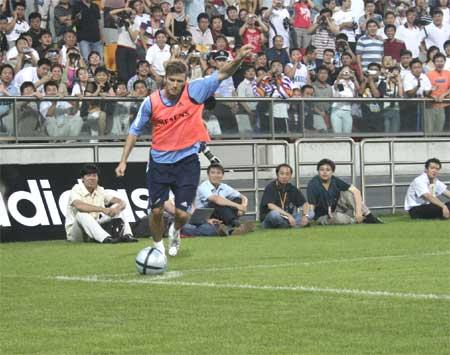 皇马巨星指点任意球演练国青小将出色表现得赞誉