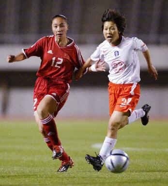 奥运预选赛中国女足1 0胜韩国 曲飞飞进球