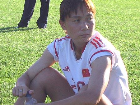 女足上大量备战奥运 王丽萍坐地观看记者