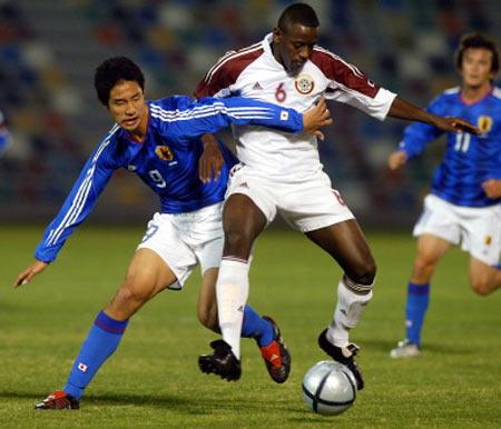 图文-日本与卡塔尔足球友谊赛 是足球赛还是摔