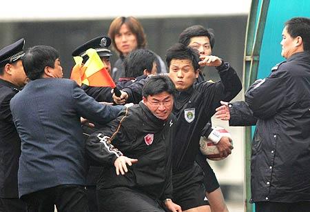 图文-[足协杯]武汉2-1九城打裁判者想逃窜